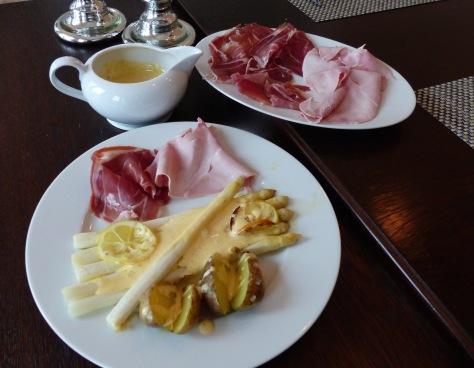 Spargel mit Sauce Béarnaise, und Schinken auf dem Tisch angerichtet