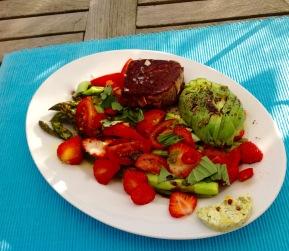 grüner Spargel mit Erdbeeren, Tomatenspalten, Chileringen, Avocado und Stak vom Grill mit Kräuterbutter