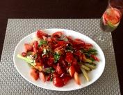 Weißer und grüner Spargel mit Erdbeeren und Chiliringen