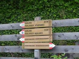 Hinweisschilder auf einem Wanderweg