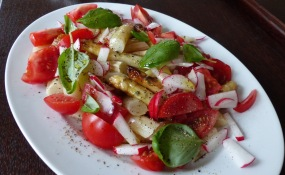 weißer marinierter Spargel mit Radieschenstiften, Tomaten, Basillikum