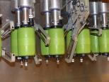 Nahaufnahme von Sparschälern in Spargelschälmaschine