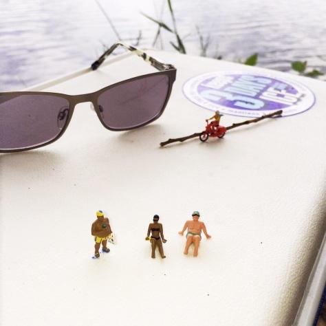 Miniaturfuguren auf Kühlbox am See