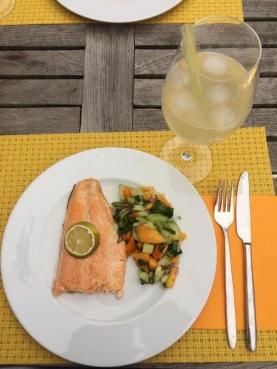 Teller mit dem Sommergericht und ein Glas mit einem Sommerdrink