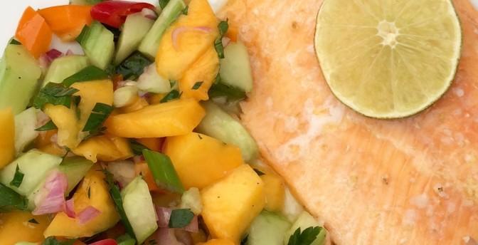 Sommerlicher Mango-Gurken-Salat als frische Beilage