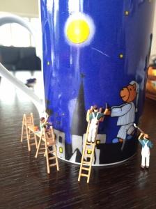 Miniaturmaler arbeiten an Tasse mit Schlafwandkermotiv