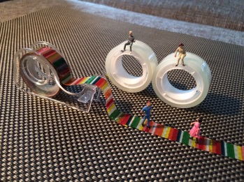 Miniaturfiguren auf Tesarollen