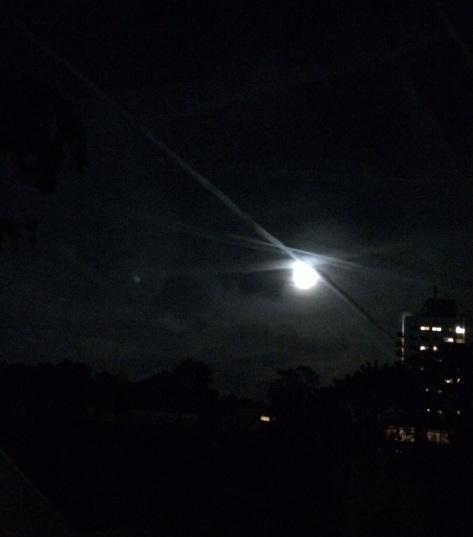 Mond und Kondenzstreifen