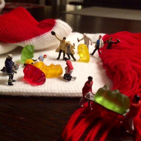 Miniaturfiguren feiernd und von Rettungsdienst abtransportiert