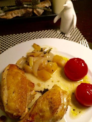 Hähnchenstücke mit Apfel, Zwiebelchen und gedünsteten Tomaten