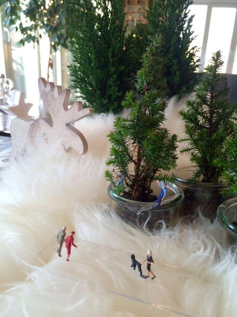 Miniaturfiguren von kleinem Tannenbaum