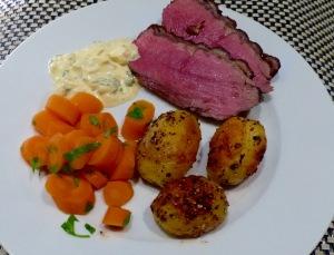 Roastbeef mit Remouladensauce, Pfefferkartöffelchen und in Wein gedünsteten Möhren