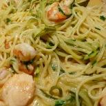 Zucchini- und richtige Spaghetti in der Pfanne vereinen