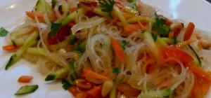 Salat mit Möhren, Kräutern und Kernen in der Nahaufnahme