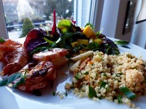 Auch mit Gambas und Baby-Blatt-Salat macht sich ein Cous Cous gut