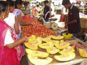 aufgeschnittene Melone auf Marktstand auf Mauritius