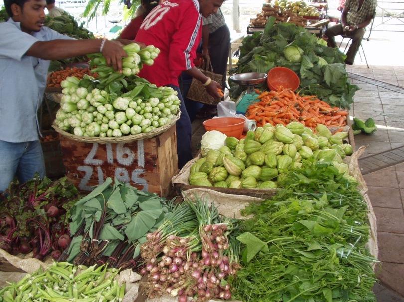 Körbe mit Gemüse auf buntem Markt