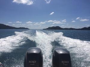 Blick auf 2 Motoren im -Speedboat