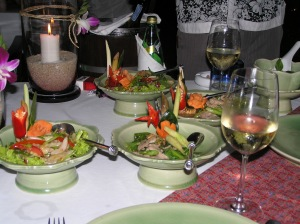 Thaicurry mit Gemüse in asiatischen Schalen