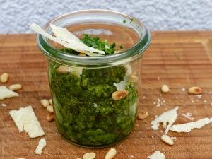 Pesto aus Bärlauch, Pinienkernen, Parmesankäse