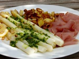 gegarter weißer Spargel mit grünem Bärlauchpesto, Kartoffelwürfel und Lachsschinken