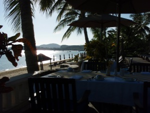 Koh SAmui Blick am Morgen auf den Strand mit wenigen Liegen