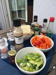 geschnittene Gemüse und Gewürze für den Wok