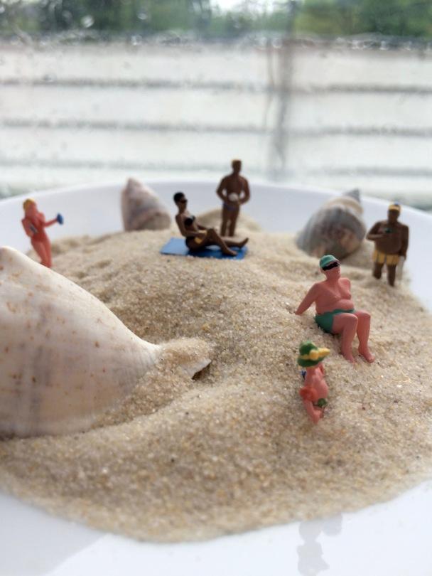Miniaturfiguren, Badefiguren vor verregnetem Fenster