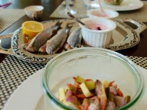 Matjes-Apfel-Salat und Matjes mit Preiselbeer-Creme-fraîche
