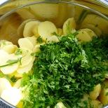Kartoffelscheiben und Kräuter