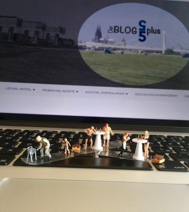 Miniaturfiguren grillen auf Mac Book Tastatur