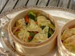Teigtaschen auf Brokkoli und Paprika