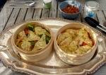 Asiatische Bambus-Dämpfer mit Gemüse und Dim Zum gefüllt
