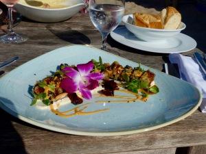 Thunfischtatar, asiatisch gebacken, im Hintergrund Kartoffelsuppe mit Apfelkuchen - kreativ