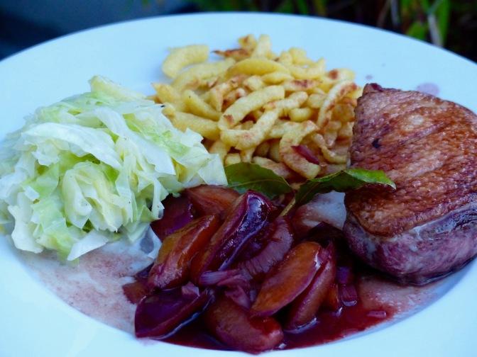 Entenbrust mit Pflaumen/ Zwetschgen-Portwein-Soße und Spitzkohl
