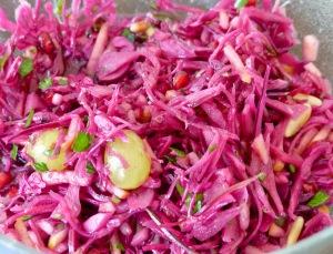 mit Trauben, Pinien- und Granatapfelkernen