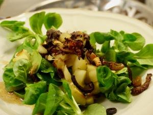 Feldsalat mit Gänseleber, gebratenen Apfelstückchen und Zwiebelringen