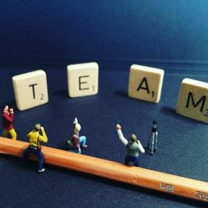Foto zu Teambuilding mit Miniaturfiguren und Scrabblebuchstaben