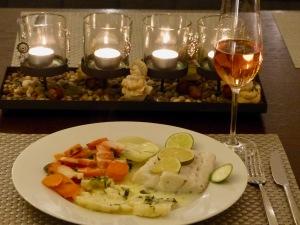 Winterkabeljau mit Gemüse aus dem Dampfgarer und Limetten Beurre Blanc - fein angerichtet auf dem Tisch
