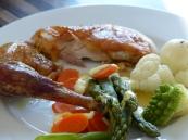 Perlhuhn mit Gemüse und Zitronen-Butter-Sauce