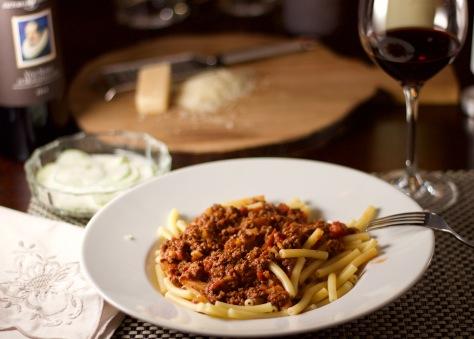 Pasta mit Bolognessoße auf Teller angerichtet