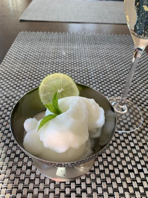 Zitronensorbet mit einem Gläschen Winzersekt